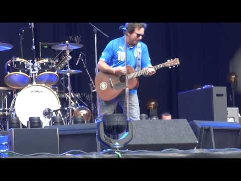 Eddie Vedder canta con la maglietta dell'Italia