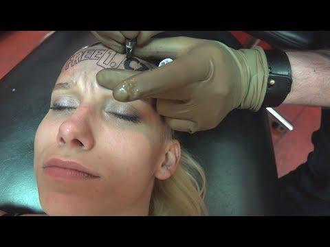 Zrobiła sobie tatuaż na czole za 16 tysięcy.