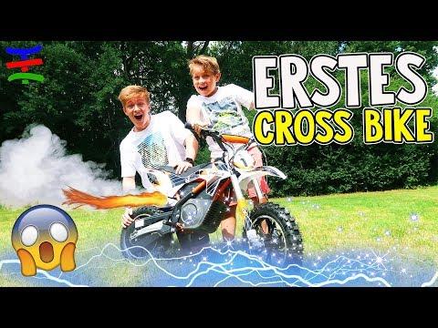 Kinder Elektro Motorrad VS Fahrrad 😱 Erste Mal Crossbike fahren 😁 TipTapTube Family 👨👩👦👦