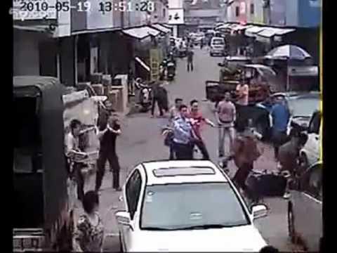 「中国のひったくり犯が住民大集合の末、フルボッコにされた件。」のイメージ