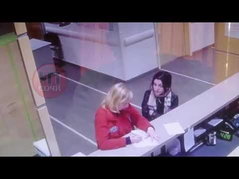 Самка носорога напала на врача.