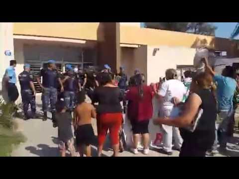 Vecinos de Juarez Celman protestan frente a la Municipalidad.