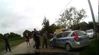 Człowiek pobity na oczach amatorów z Policji