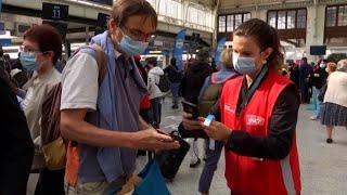 Francuzi znakowani niebieską opaską przy wejściu na dworzec