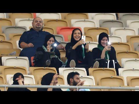 العرب اليوم - شاهد: مشجعات سعوديات في ملعب لكرة القدم الأولى في تاريخ السعودية