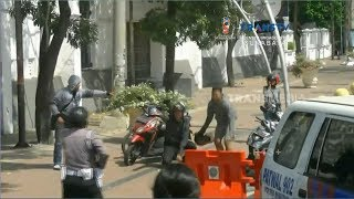 Video Razia Teroris di Perbatasan, Tiga Pemotor Nekat Terobos Barikade Polisi MP3, 3GP, MP4, WEBM, AVI, FLV September 2018