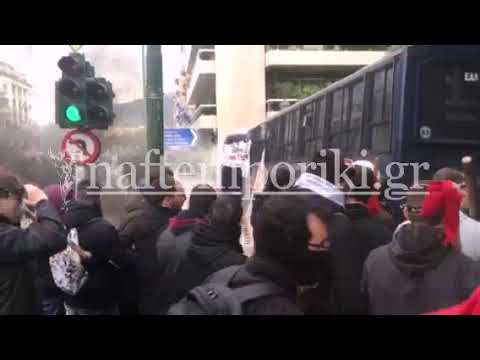 Διαδηλωτές προσπάθησαν να αναποδογυρίσουν κλούβες