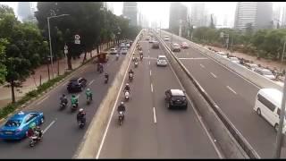Sejumlah pengendara sepeda motor melawan arah saat melintasi di JLNT Kampung Melayu-Tanah Abang (Casablanca). Mereka melawan arah untuk menghindari razia yang dilakukan pihak kepolisian di ujung JLNT tersebut.Sepeda motor dilarang melintas di JLNT tersebut.Reporter: Kompas.com/Ridwan Aji Pitoko