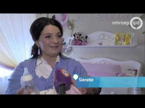 Sieneke toont baby Rosalie aan Nederlandse pers