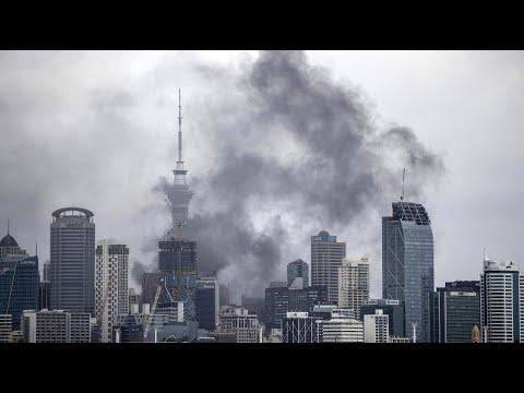 Großbrand am Sky City Tower, Aucklands Wahrzeichen -  ...