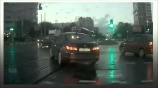 Tudo se passou quando um carro aparece do nada num cruzamento, obrigando outro motorista a brecar bruscamente. Várias explicações estão sendo dadas: ângulo da filmagem, ilusão de ótica ou montagem: