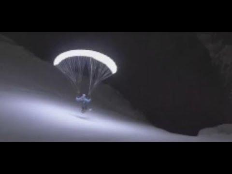 Atemberaubend: Hier rast ein Paraglider mitten in der ...