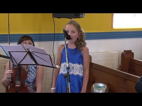 fr - Filmed in Enniskillen on 23rd July 2010 this clip features a young bridesmaid (Lucy Pitts O'Connor) singing Leonard Cohen's Hallelujah. This is the weddng in...