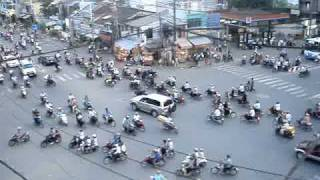 Voici une intersection aux heures de pointe à Hô-Chi-Minh-Ville au Vietnam