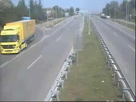filmato dalle telecamere: incredibile cosa succede in autostrada!