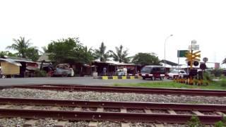 Perlintasan KA 122 citarik-Kereta Cirex melintas