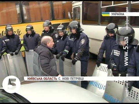 Соседи Януковича с боем прорываются домой.