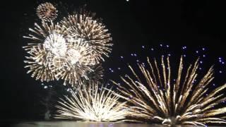 2016.8.11(山の日) 三国花火に行ってきました。この日は最高の花火日和でした。天候だけではなく、観客席から海側に抜ける風向のようで煙も流れ去り、花火がクッキリとキレイに見えました。(風がビーチに向かって吹いていると、煙たい及び煙幕の向こうに花火で見にくい)【行き】1520福井市内(車)→1600東尋坊の駐車場(500円有料)→徒歩で三国サンセットビーチ→1630場所確保完了【帰り】2040ビーチ出発(かなりな混雑)→徒歩で東尋坊駐車場に2130戻る→渋滞で駐車場出るまでに30分かかる→遠回りをして福井市の2320自宅着このコースが一番早く帰宅できる(現地を脱出できる)方法です。午前中よりビニールシートでの場所取りがあるようです。テントやパラソルは撤去するアナウンスが午後5時頃にありました。iPhone6sPlusで撮影しました。