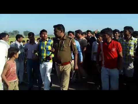 देखें पूरा वीडियो: उत्तर प्रदेश में दौड़ा-दौड़ा कर चप्पलों और लात-घूसों से पीटी गई पुलिस