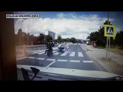 Wideo: Motocyklista potrącił wózek z dzieckiem na przejściu dla pieszych