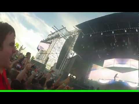 Steve Aoki lanza una tarta desde el escenario y hace pleno