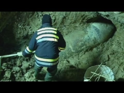 II - Construction workers in downtown Belgrade in Serbia got a bit of a shock on Saturday when they uncovered an unexploded bomb from World War II. Report by Laur...