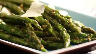 Groene asperges met knoflook