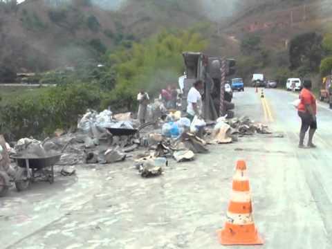 Carreta carregada de cimento capota na estrada de Itabira a Santa Maria de Itabira