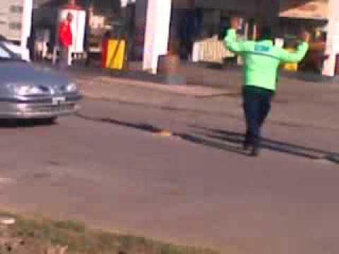 El inspector esquiva los golpes que le arrojaron los camioneros