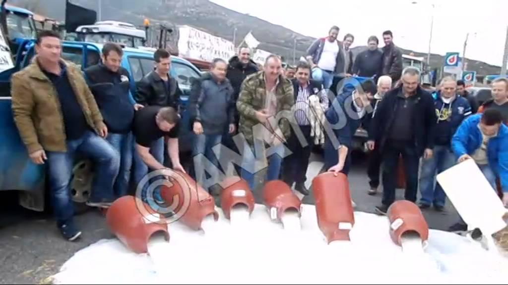 Κτηνοτρόφοι έχυσαν γάλα στο μπλόκο των Τεμπών