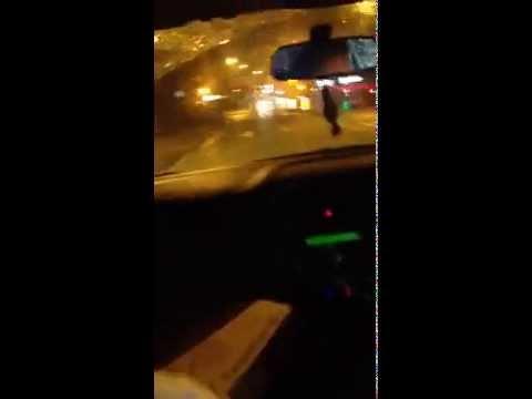 Brincalhão passa de carro e rouba pizza de homem parado em ponto de ônibus