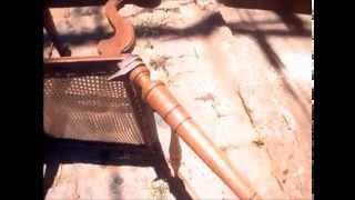Cadeira antiga quebrada ( relíquia ) renovando para deixar em seu estado normal envelhecida