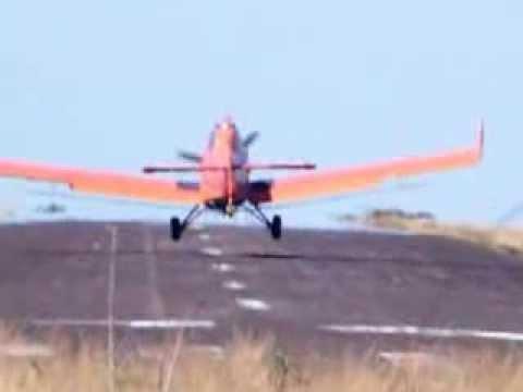 Pouso de um avião agrícola em Mineiros (go)