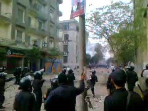 """فيديو يكذب الداخلية .. ملازم يطلق الرصاص على المتظاهرين وشخص بجواره: """"جدع يا باشا كلت عين الولد"""""""