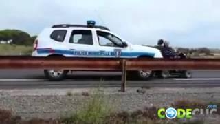 Quand un véhicule de la police municipale pousse un fauteuil roulant
