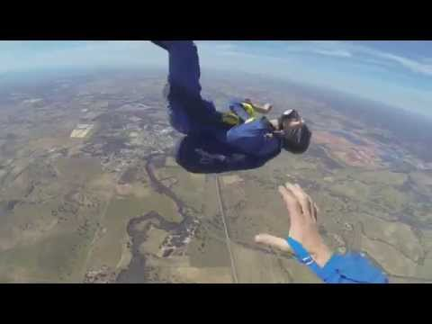 GUY HAS SEIZURE WHILE SKYDIVING (видео)