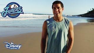 """El surf es mucho más que subir a la tabla. ¡Sigue estos consejos antes de entrar al mar! Juacas, en Disney Channel.Sitio oficial de Disney Channel: http://www.disneylatino.com/disneychannel/Síguenos en Facebook: http://www.facebook.com/disneychannellatinoamericaTwitter: https://twitter.com/disneychannellaInstagram: https://instagram.com/disneychannel_la/¡Haz click en """"Suscribirse"""" para recibir notificaciones de los nuevos videos de Disney Channel en YouTube!"""