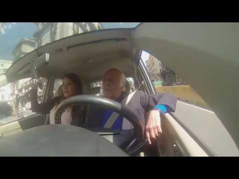 isterico nonno napoletano impazzisce nel traffico con sua nipote!