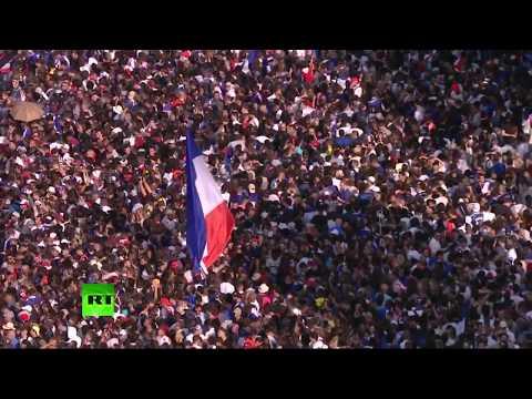 Парад в Париже по случаю возвращения игроков сборной Франции по футболу — LIVЕ - DomaVideo.Ru