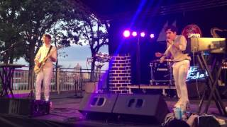 NEON INDIAN INTERPRETA 'ANNIE' EN SUMMERSTAGE 2016, NYC