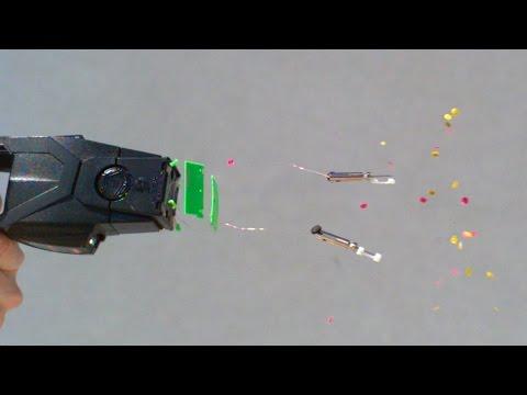 他們用「電擊槍」射人體然後把影片超級放慢讓你看到所有痛苦細節...但為什麼要有這麼多華麗亮片啊?