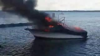 احتراق قارب في أمريكا ونجاة ركابه