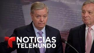 """Video oficial de Noticias Telemundo. El senador Lindsey Graham pide al presidente Trump y a los republicanos que actúen en plan bipartita para ayudar a Soñadores del Dream Actos.SUBSCRIBETE: http://bit.ly/1JI1uXVNoticiasEste es el canal en Youtube de la división de noticias de la cadena Telemundo en los Estados Unidos. El """"Noticiero Telemundo"""", presentado entre semana por María Celeste Arrarás y José Díaz-Balart -y fines de semana por Edgardo del Villar- es el programa insignia de la división y la fuente de información más confiable de la comunidad hispana en los Estados Unidos. El programa """"Enfoque con José Díaz-Balart"""" y los eventos especiales de la cadena, forman parte del compromiso de Telemundo para llevar a los hispanos información política y social que pueda guiarlos en los Estados Unidos. El galardonado equipo de corresponsales y colaboradores de Noticias, ofrece las últimas noticias, entrevistas con personajes claves, análisis y comentarios sobre el acontecer nacional e internacional. SUBSCRIBETE: http://bit.ly/1JI1uXVTelemundoEs una división de Empresas y Contenido Hispano de NBCUniversal, liderando la industria en la producción y distribución de contenido en español de alta calidad a través de múltiples plataformas para los hispanos en los EEUU y a audiencias alrededor del mundo. Ofrece producciones originales, películas de cine, noticias y eventos deportivos de primera categoría y es el proveedor de contenido en español número dos mundialmente sindicando contenido a más de 100 países en más de 35 idiomas.SIGUENOS EN TWITTER: http://bit.ly/1OLjUGlDANOS LIKE EN FACEBOOK: http://on.fb.me/1VXiWwoGOOGLE+: http://bit.ly/1P0PaSCSenadores Graham pide a Trump que actúe sobre Dream Act  Noticiero  Telemundo"""