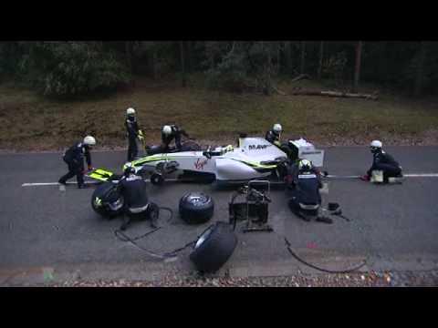 一支大棕熊竟然趁著F1賽車正在換輪胎的時候,攻擊旁邊的維護員!!