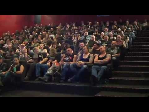 情侶進到電影院卻發現裡面坐滿了凶悍的機車手,結尾發生的一幕你做夢也想不到...