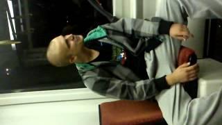 Szamaj piguły! Naćpany Seba daje popis w niemieckim tramwaju!