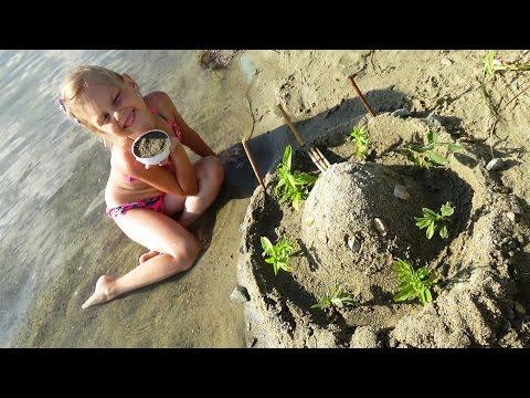 Замок из песка. Чем занять ребенка на пляже. Развлечение для детей (видео)