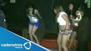 PALIZA!!! Castigan a latigazos a prostitutas y clientes en Perú 16/01/14 Un grupo de hombres persigue a prostitutas fuera de un...