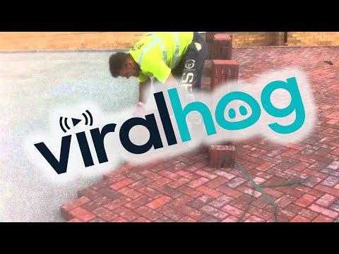 原以為他以人工方式鋪排地磚的速度會很慢,結果按下Play後…差點以為影片調加速了!