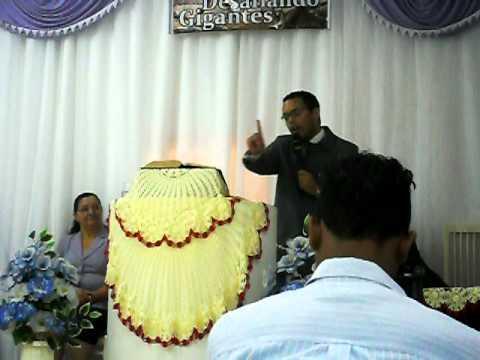 Diego pregando em Jandira